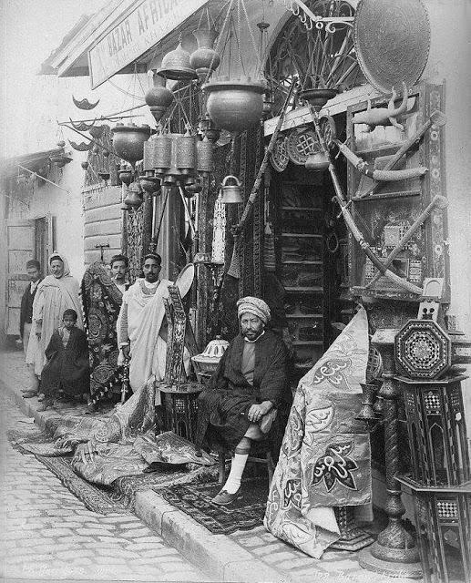 Тунис 19 век . продавец антикварного оружия на фото видны сабли и ятаганы